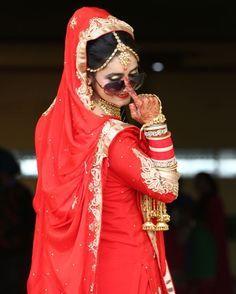 Swag of bride😎 Indian Wedding Poses, Indian Bridal Photos, Indian Wedding Couple Photography, Bride Photography, Punjabi Wedding, Indian Weddings, Creative Photography, Bridal Poses, Bridal Photoshoot