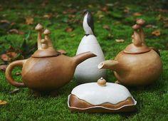 На выпасе. Флора и фауна. Тот чайник, что слева все еще ищет дом. #surglinok #вмастерской #керамика #ceramics #pottery #clay #handmade #керамикаручнойработы  #авторскаякерамика #ручнаяработа #art #глина #подарок #уют #уютныйдом #dekor  #чайник #грибы #грибочки #масленка #пингвин