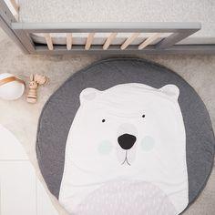 Tapis de sol bébé qui fait office de tapis de jeux. Rond et large de 1 mètre, ce tapis de sol pour bébé est pliable pour être transporté partout. Esprit scandinave avec design ours polaire. Tissu 100% coton rembourré polyester ultra doux.
