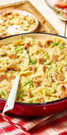 Farfalle-Pfanne mit Hähnchen Pasta recipes, like our chicken Farfalle pan, are perfect for your lunch box! Dishes can be reheated quickly and easily, but they also taste cold when you need them quickly. Pasta Recipes, Chicken Recipes, Dinner Recipes, Shrimp Recipes, Farfalle Recipes, Chicken Ideas, Egg Recipes, Sauce Recipes, Free Recipes