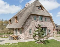 Cozy thatched roof house in shabby chic - Mary T - # cozy . Cozy thatched roof house in shabby chic – Mary T – # cozy the T Rustic Houses Exterior, Modern Farmhouse Exterior, Dream House Exterior, Thatched House, Thatched Roof, Rustic Farmhouse Furniture, Farmhouse Remodel, House Roof, Shabby Chic Homes