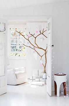 How is Christmas like when you don't decorate a traditional fir tree? Well, this is how it looks like! Scandinavians like to keep it very simple: no need for a fir tree, why cut it out when it dries in a few days and sadly looses all of its leaves? Take a