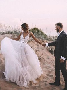 Layered tulle skirt unlined wedding ball gown with deep v-neck wedding dresses € SAPGYPKTAJ - SchickeAbendKleider.de Layered tulle skirt unlined wedding ball gown with deep v-neck wedding dresses Source by Latinacrazy V Neck Wedding Dress, Dream Wedding Dresses, Bridal Dresses, Wedding Gowns, Bridesmaid Dresses, Lace Wedding, Burgundy Wedding, Ball Gown Wedding, Wedding Dress Beach