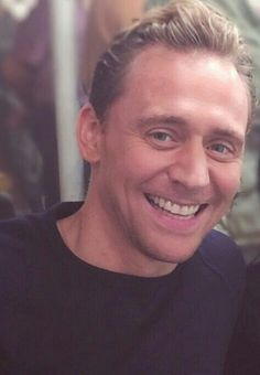Tom Hiddleston Exclusively : Photo