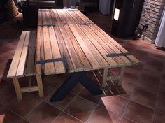 Tavolo realizzato col vecchio portone della stalla e piedi in ferro. Old door hand made table.