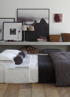schönes Arrangement mit Bildern und Leuchte oberhalb des Bettes! Grau weiß, toll!