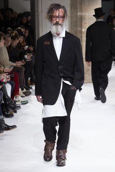 See the complete Yohji Yamamoto Fall 2017 Menswear collection.