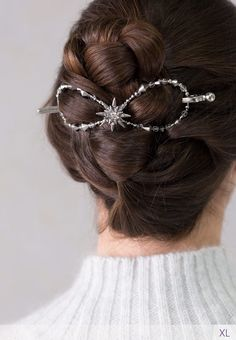 Beautiful North Star shines brightly in her hair. Crystal accents on a silver finish make this flexi clip really sparkle! Use this limited edition hair accessory to add that finishing touch to your look this holiday season. She glows in Lilla Rose!