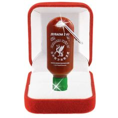 is a must-have for every sriracha lover. With you'll never worry about a sriracha-less meal again. No matter where you go, no matter what time of day, sriracha will be by your side. Sauce Sriracha, Sriracha Recipes, Gifts For Him, Great Gifts, Creative Gifts, Creative Ideas, Funky Gifts, 30 Gifts, Awesome Gifts