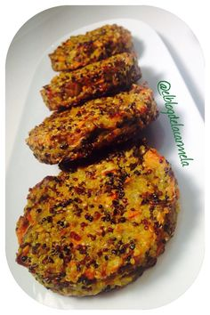 Hamburguesas de quinoa y berenjena (receta vegetariana) Veggie Recipes, Baby Food Recipes, Vegetarian Recipes, Cooking Recipes, Healthy Recipes, Healthy Cooking, Healthy Eating, Food Porn, Light Recipes