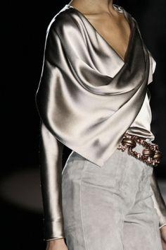 Future Fashion Carolina Herrera Silver grey clothing silver clothing futuristic fashion model Futuristic Clothing by Fashion Details, Look Fashion, High Fashion, Womens Fashion, Fashion Design, Milan Fashion, Space Fashion, Feminine Fashion, Runway Fashion