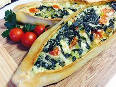 Pide mit Spinat und Schafskäse, ein tolles Rezept aus der Kategorie Brot und Brötchen. Bewertungen: 84. Durchschnitt: Ø 4,3.