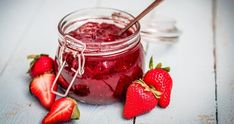 Domácí jahodová marmeláda je nejlepší na křupavém chlebu s máslem nebo čerstvé vánočce