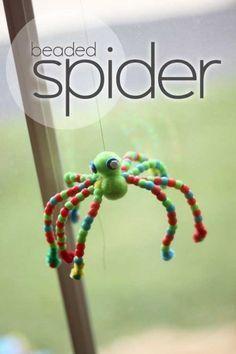 Beaded spider craft for kids to make for Halloween #PomTreeKids