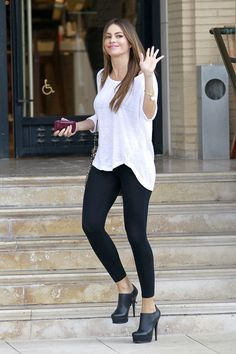 Sofia Vergara black tights and long white shirt Casual Street Style, Casual Chic, Chic Outfits, Fall Outfits, Fashion Outfits, Fashion Ideas, Fashion Trends, Look Fashion, Girl Fashion