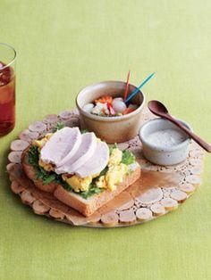 ■鶏ハムオープンサンド■  煮えたお湯に胸肉を入れておくだけでできてしまう鶏ハムはいろいろなお料理に活用できることで知られています。卵とあわせてオープンサンドにしたら、たんぱく質がたっぷり摂れる理想的な朝食になりますね。