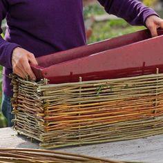 Chinez, recyclez, détournez bassines en zinc, paniers en osier et bacs en pierre ! Découvrez notre tutoriel cache-pot en osier pour habiller votre jardin.