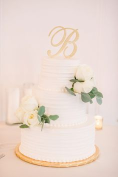 Graceful University Club Wedding with Timeless Details. For more classic wedding ideas, visit burghbrides.com! #weddingcake #classicweddingcake