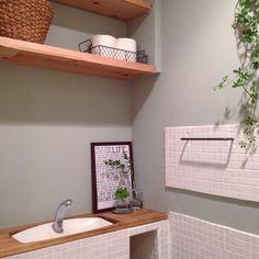 トイレタンクを隠して収納力もUP♪DIYアイデア10選 Bathroom Toilets, Powder Room, Diy And Crafts, Shelves, House Design, Interior, Home Decor, Bathroom Ideas, Houses