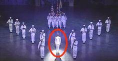 18 marineros se paran en el escenario, pero mira el de la mitad. Ahora millones le aplauden al espectáculo.