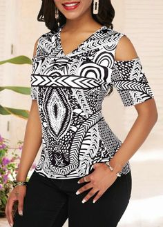 Cold Shoulder Half Sleeve V Neck Printed Blouse African Attire, African Dress, Classy Outfits, Casual Outfits, Ropa Interior Calvin, African Swimwear, African Blouses, Trendy Tops For Women, Blouse Models