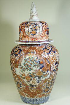 Grand Vase En Porcelaine Imari Japon Fin 19 ème Ceramic Decor, Ceramic Pottery, Japanese Bowls, Asian Flowers, Grands Vases, Keramik Vase, Oriental Furniture, Japanese Porcelain, Vintage Vases