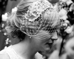 O grande destaque do casamento de Isabella Franchini foi a peça de cabeça da Tula Casqueteria que enfeitou o coque clássico e deu o tom no visual. Veja mais: http://yeswedding.com.br/pt/antena-yes/post/noiva-new-look