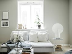 Beautiful styling with IKEA Söderhamn sofa and HAY Pion light on the side table. Spring feeling overload!