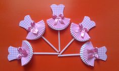 Topper Tema- Bailarina.  Especifico para decorar, cupcakes e docinhos.  Materiais - papel para scrapbook; forminha para docinho duas cores; palito para pirulito de plastico; laço de fita de cetim.  **Observação - O topper pode variar de acordo com a escolha do cliente e também os materiais usados na sua composição. Diy Resin Crafts, Diy And Crafts, Crafts For Kids, Paper Crafts, Moldes Para Baby Shower, Mouse Crafts, Pot A Crayon, Ballerina Birthday, Partys