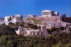 Vista dell'Acropoli di Atene. L'acropoli venne posta su una rocca micenea con attorno una recinzione ciclopica. Non era una residenza reale ma ospitava i santuari della città: era quindi un luogo religioso. Era un simbolo della grande ricchezza di Atene, fu la sede, per decisione di Pericle, del tesoro della Lega Delio-Attica. Ha grandi dimensioni e comprende innumerevoli edifici.