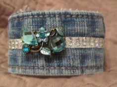 Ce bracelet manchette a élaborés à partir dune ceinture de denim de lavage. Le bracelet mesure environ 7 1/2 pouces de long lorsquelle est installée et environ 1 1/2 pouces de large. Il a une boule de cristal bleu beau look vintage sur une bande daccents de cristal. Fermeture velcro.    Chacun est différent et a conservé laspect usé de ces vieux jeans confortables. Bords bruts intacts et blinged ! Laccessoire parfait pour un habillé vers le haut (ou vers le bas) regarder. Super look...