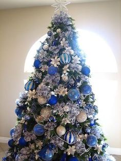 Unique Blue and silver Christmas Tree Decor Ideas. A beautiful Christmas tree can awaken the Christmas spirit of everyone who sees it. Make sure your Christmas tree looks charming and classic with … Blue Christmas Tree Decorations, Silver Christmas Tree, Beautiful Christmas Trees, Noel Christmas, Christmas Themes, White Christmas, Christmas Plates, Scandinavian Christmas, Xmas Trees