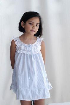 Camisón para mi niña                                                                                                                                                                                 Más Toddler Dress, Toddler Outfits, Baby Dress, Kids Outfits, Dresses Kids Girl, Little Girl Dresses, Flower Girl Dresses, Baby Girl Fashion, Toddler Fashion