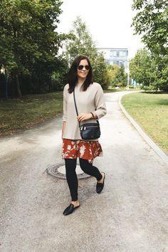Shop the Look: http://likek.it/2peBi Outfit Kleidermaedchen.de Modeblog, erfurt, thueringen, berlin, Herbstoutfit mit Sommerkleid, fashionblog, Fashion Blog, Magazin, Blogazine, kleidermaedchen.de, Influencer Marketing und Kommunikation, Creator, Herbstoutfit, Mango, Kleid, Mango, Pullover H&M, Topshop Jeans, Zara Slipper, Mules, Ray-Ban Sonnenbrille, Fossil Piper Tasche. COS Ohrringe