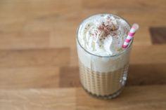 Nu de temperaturen iets omhoog gaan wordt het tijd voor zomerse receptjes. Vandaag is het de beurt aan IJskoffie dat in een handomdraai zelf te maken is.