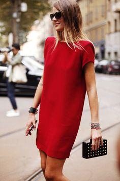 O vestido vermelho por sozinho já chama a atenção, combine com acessórios minimalistas.
