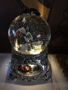 Christmas Snow Globes, Christmas Time, Deco Disney, Water Globes, Christmas Aesthetic, Wedding Art, Christmas Wallpaper, Snowball, Crystal Ball
