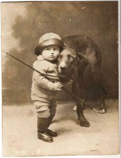 На фотографии неизвестный мальчик и его собака (или, может быть, собака и ее мальчик?).