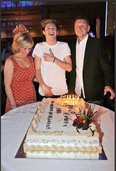 Niall with his parents. His mum is so pretty! And I can see he gets his devilish good looks from his dad :)