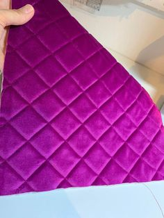 Toilettaske. Gratis mønster og vejledning | Accessories | Sygal Handbag Tutorial, Chicken Crafts, Creation Couture, Diy Hair Bows, Bag Patterns To Sew, Fabric Bags, Quilted Bag, Womens Purses, Sewing Tutorials