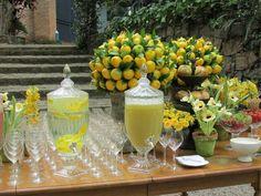 Mesa com arranjos feitos com limão siciliano