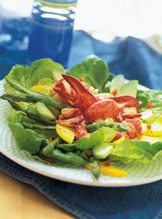 Recette de salade de homard de Ricardo. Recette rapide et santé aux fruits de mer. Ingrédients: laitue Boston, homards, mangue, avocat, asperges, poivron rouge, miel, vinaigre de vin blanc... Healthy Salads, Healthy Recipes, Healthy Food, Lobster Salad, Ricardo Recipe, Confort Food, Mango Salad, Fish And Seafood, Seafood Recipes