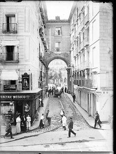 """Calle 7 de Julio vista desde la Calle Mayor. Esta entrada a la Plaza Mayor se llamó antiguamente de """"La Amargura"""" por ser la que recorrían los reos camino de su ejecución y el punto desde donde se despedían de su familia. Old Pictures, Old Photos, Foto Madrid, Old Maps, Murcia, Antique Photos, Barcelona, Places To Visit, Street View"""