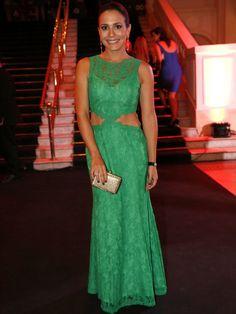 Juliana Knust - O verde com recorte engana-mamãe e maquiagem básica