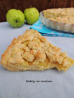 Crostata sbriciolata mele e crema, ricetta semplice ma gustosa, ottima anche fredda. Un guscio di pasta frolla ripieno di mele e crema. Sabry in cucina blog
