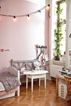 En ståtlig sekelskifteslägenhet i Malmö blev ett hemtrevligt och personligt hem i händerna på inredaren Helen Sturesson och hennes familj.