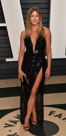 Jennifer Aniston in nero di paillettes Atelier Versace Couture ai Vanity Fair Oscar Party 2017.