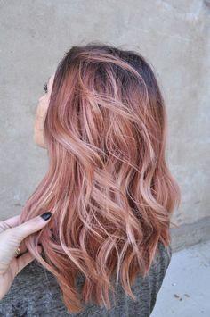 O tom rosa dourado é uma das maiores apostas deste ano para os tons de cabelo. Desde os tons pastéis aos mais escuros, dos mais discretos aos mais intensos, há