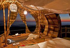 Avete mai dormito in una capanna? Playa Viva è una località nello stato di Guerrero, in Messico, composta da capanne di lusso. Svegliarsi in un posto così, significa ammirare una vista completamente aperta sull'oceano, e godere del sole che filtra tra le canne. Paraventi, lampadari e rifiniture in bambù rendono l'ambiente ancora più caratteristico. Voglia di tornare bambini? ;)