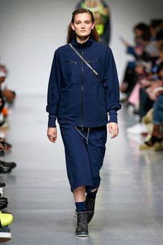 Christopher Raeburn apresenta sua coleção de outono-inverno 2017/18 na Semana de Moda Masculina de Londres quase inteira reciclada.